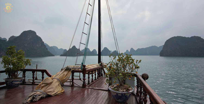 Kalkstenfelsen in der Halong-Bucht / Vietnam