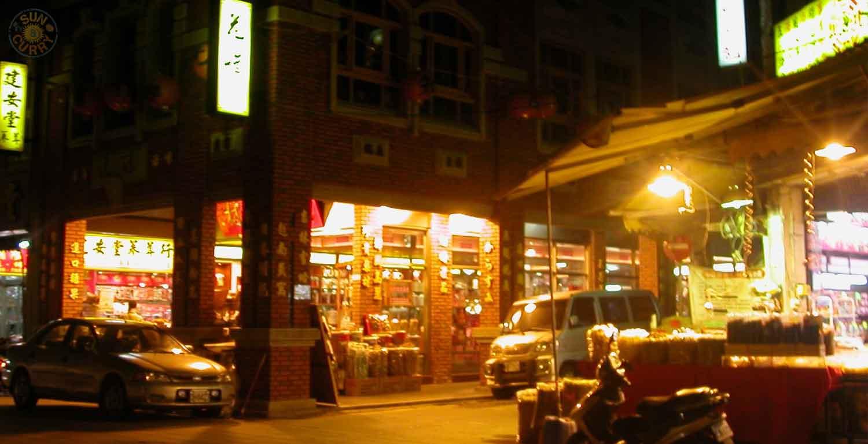 Geschäfte in der Dihua Street am Abend