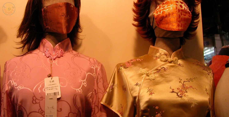 Traditionelle Kleidung mit passendem Mundschutz gegen Smog