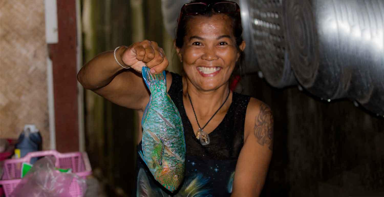 Noy mit einem Papagei-Fisch